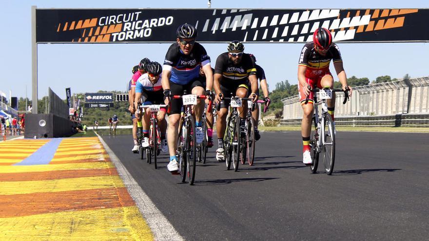 El 24 horas Cyclo Circuit reúne en Cheste a figuras del ciclismo y el triatlon