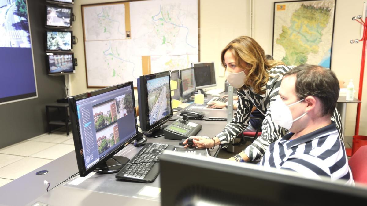 La concejala de Movilidad, Natalia Chueca, en el Centro de Control de Tráfico de Zaragoza.