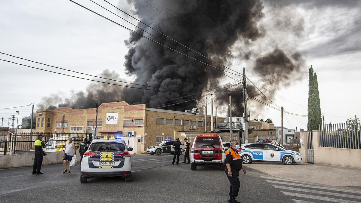 Impactantes imágenes del incendio de la fábrica de San Vicente del Raspeig