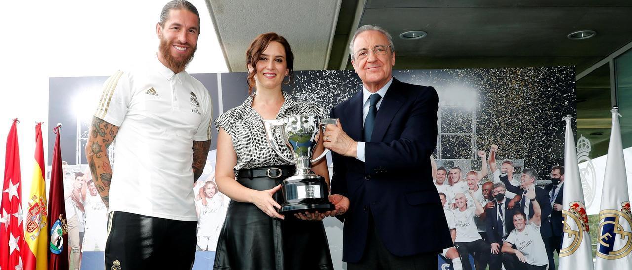 Por la izquierda, Sergio Ramos, Isabel Díaz Ayuso y Florentino Pérez