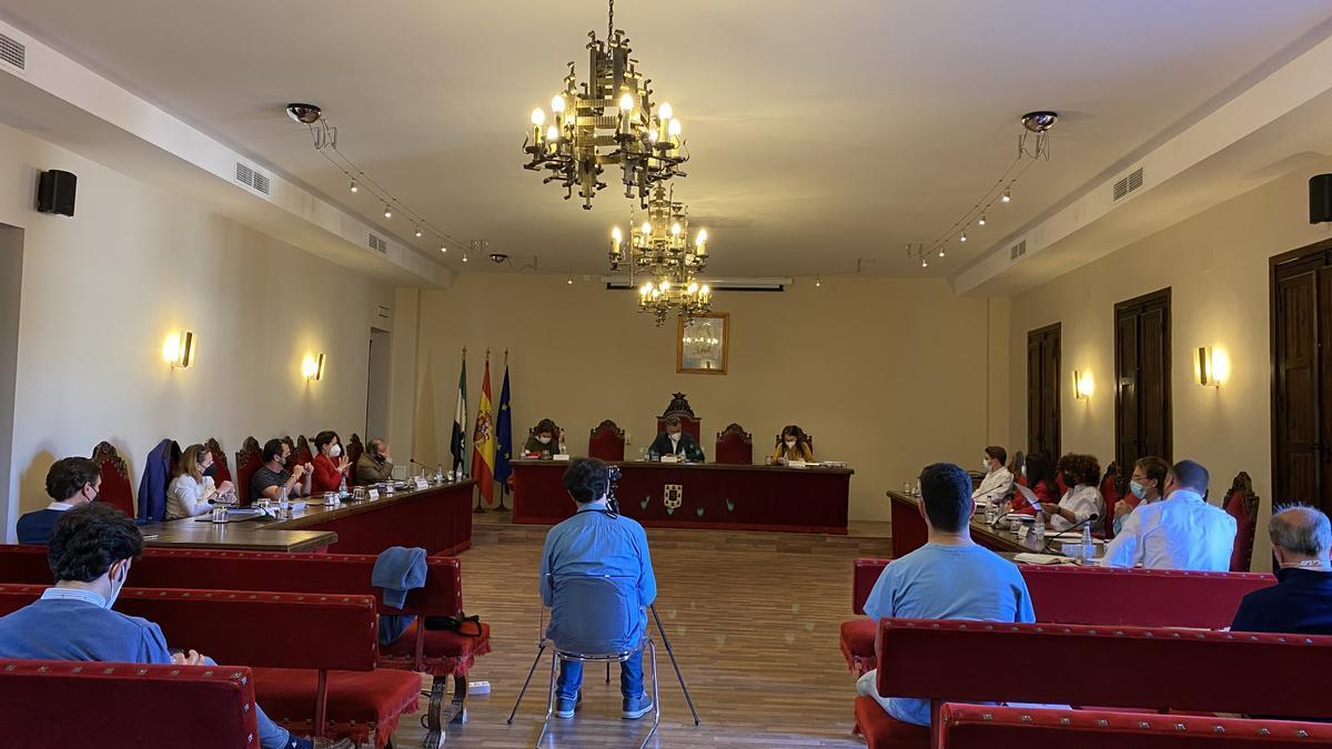 Alcalde, concejales del equipo de gobierno y de los grupos de la oposición, en el pleno celebrado en mayo.