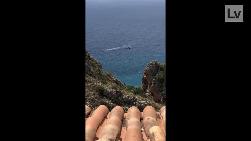 Rescatan a un joven de 17 años golpeado por las olas contra las rocas del acantilado de Benitatxell