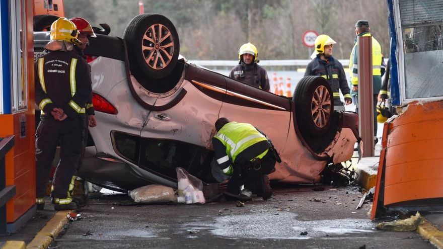 Muere la copiloto de un vehículo que chocó contra una cabina de peaje de la AP-9