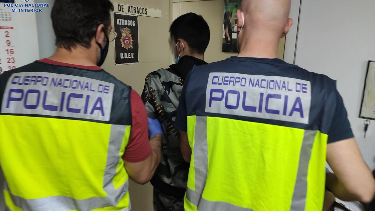 Dos policías, con uno de los detenidos