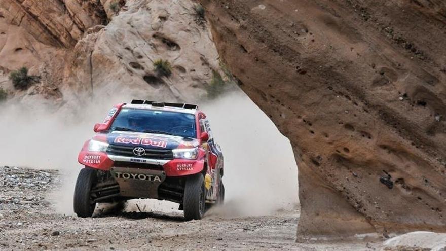 Carlos Sainz minimiza riesgos en la tercera victoria de Al-Attiyah