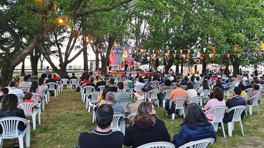 Arranca la Festa da Diversidade que hoy pinta de arcoiris los escalones de la plaza de abastos