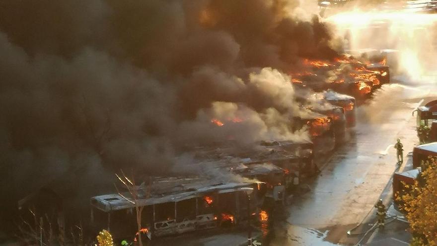 Espectacular incendio en las cocheras de la EMT de Valencia