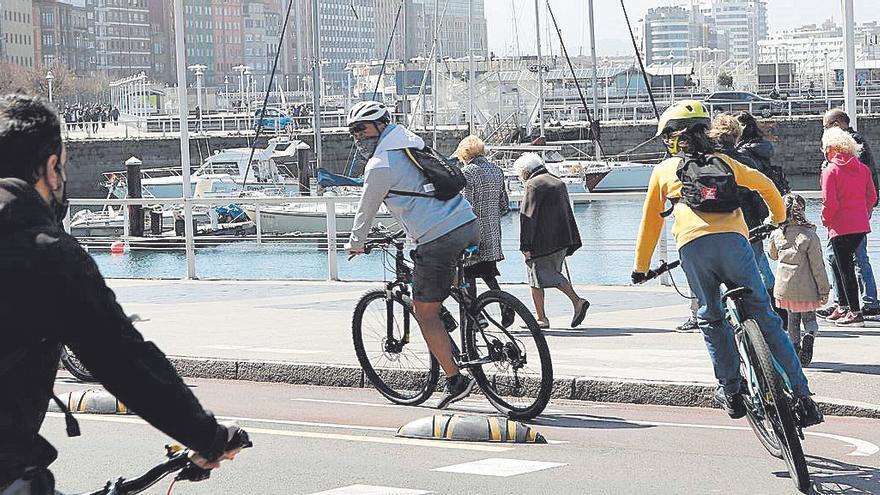 """Gijón aplicará la ordenanza de movilidad de forma """"estricta"""" durante el verano: bicis y patinetes, vigilados con lupa"""