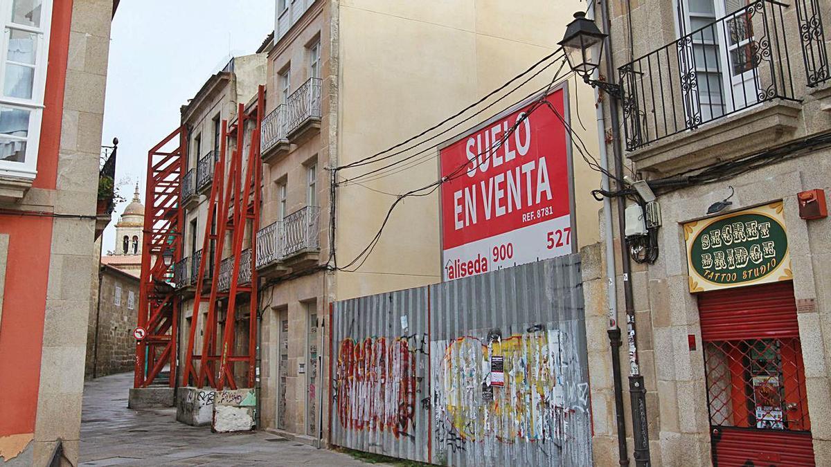 Un edificio en ruinas en la Calle Hernán Cortes con otro solar en venta. |   // IÑAKI OSORIO