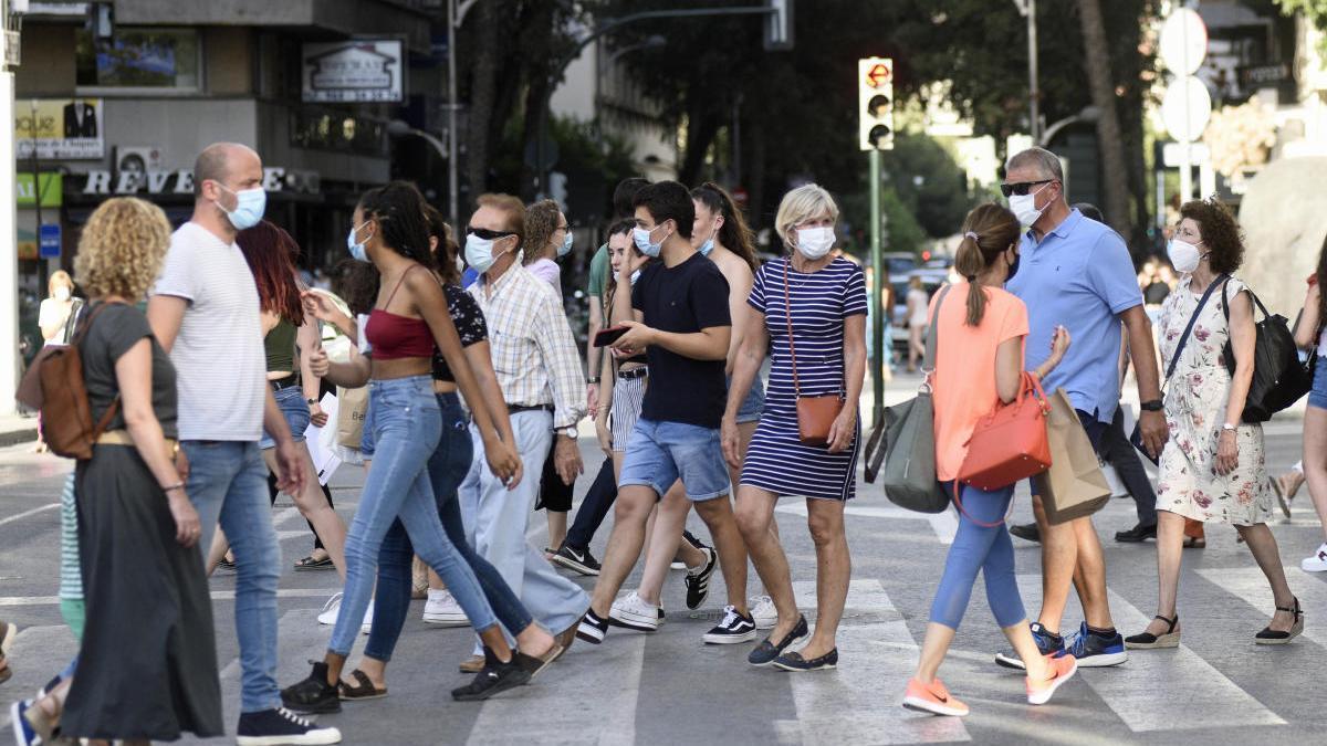 Un grupo de personas pasea con mascarillas por las calles de la Región. ISRAEL SÁNCHEZ