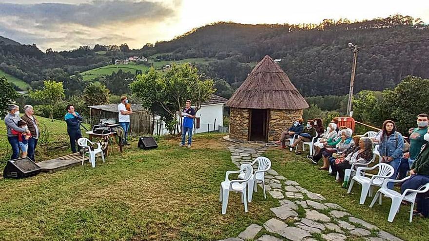 Ranón (Valdés) inauguró su cabaña castreña con una conferencia