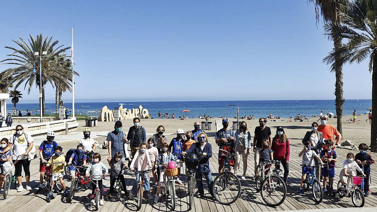 Algunos de los miembros del grupo, ayer, en el paseo marítimo Pablo Ruiz Picasso