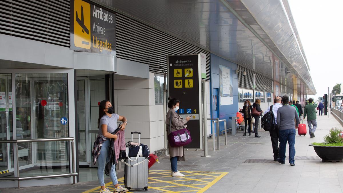 Llegada de turistas al aeropuerto de Ibiza, este año.