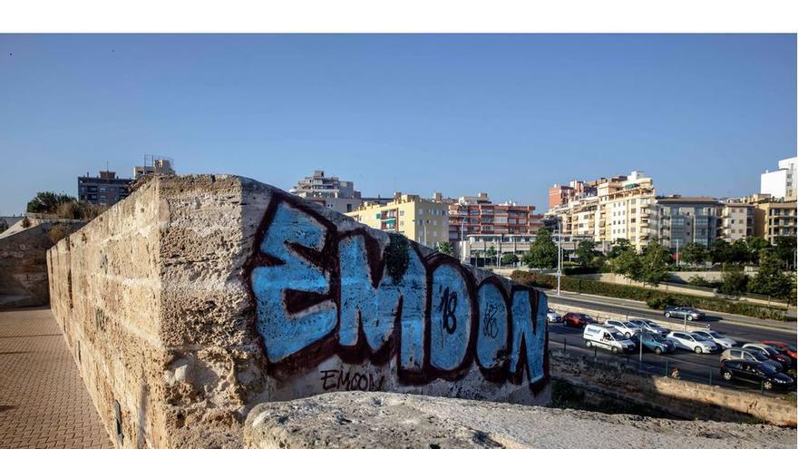 Una empresa eliminará los grafitis de la muralla y de los edificios catalogados