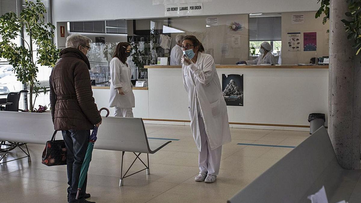 Profesionales de un centro de salud atienden a una paciente. | Emilio Fraile