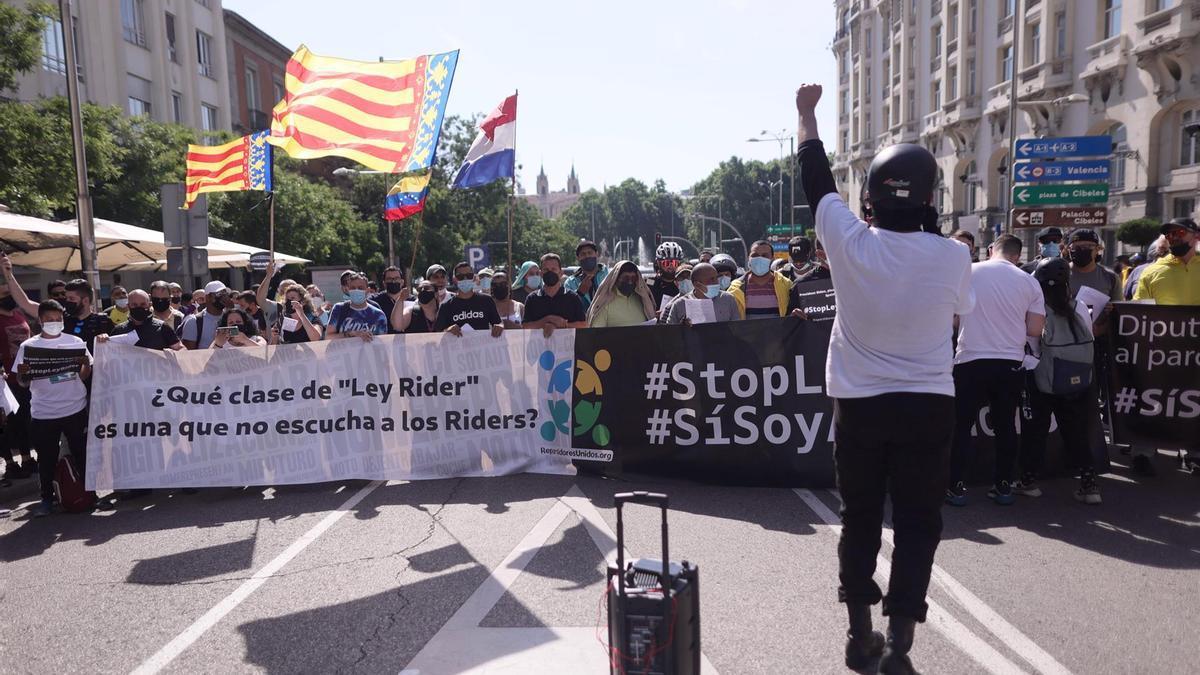 Riders protestan ante el Congreso contra la nueva ley.