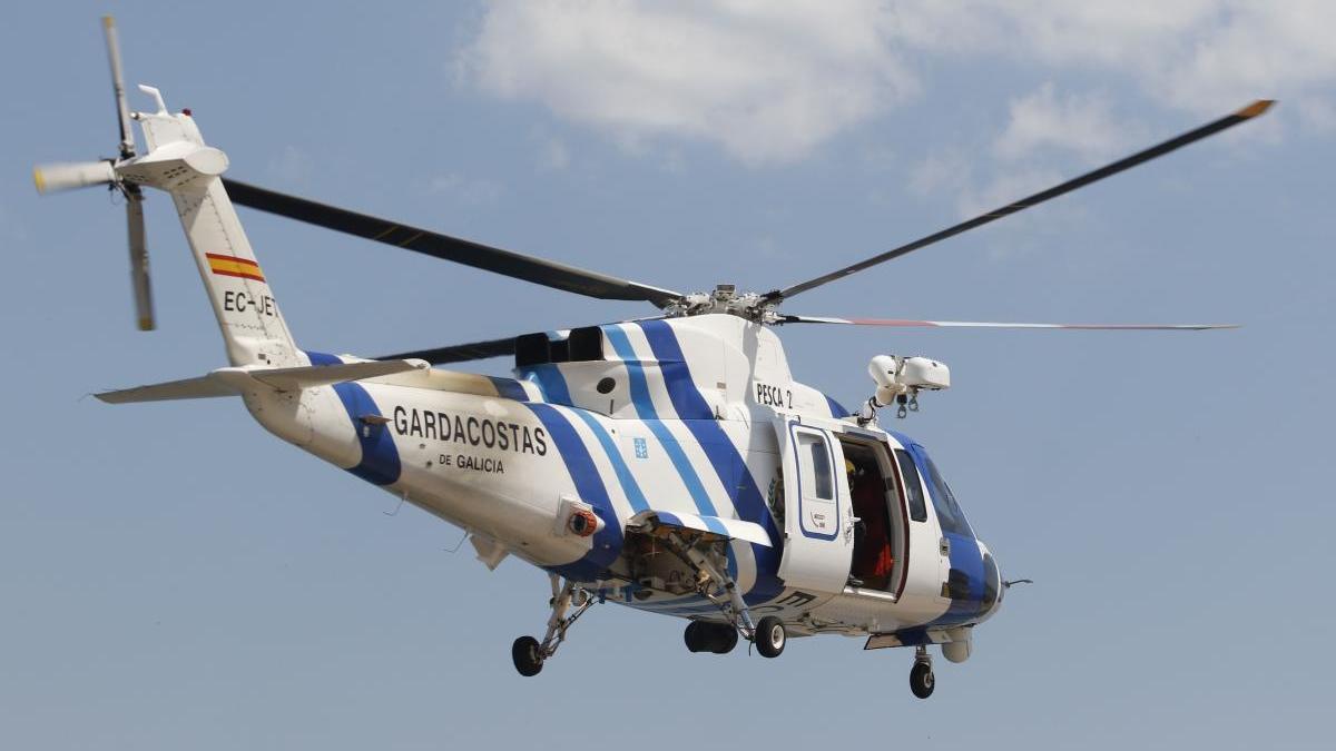 Uno de los helicópteros de Salvamento Marítimo que participan en la búsqueda. // Alba Villar