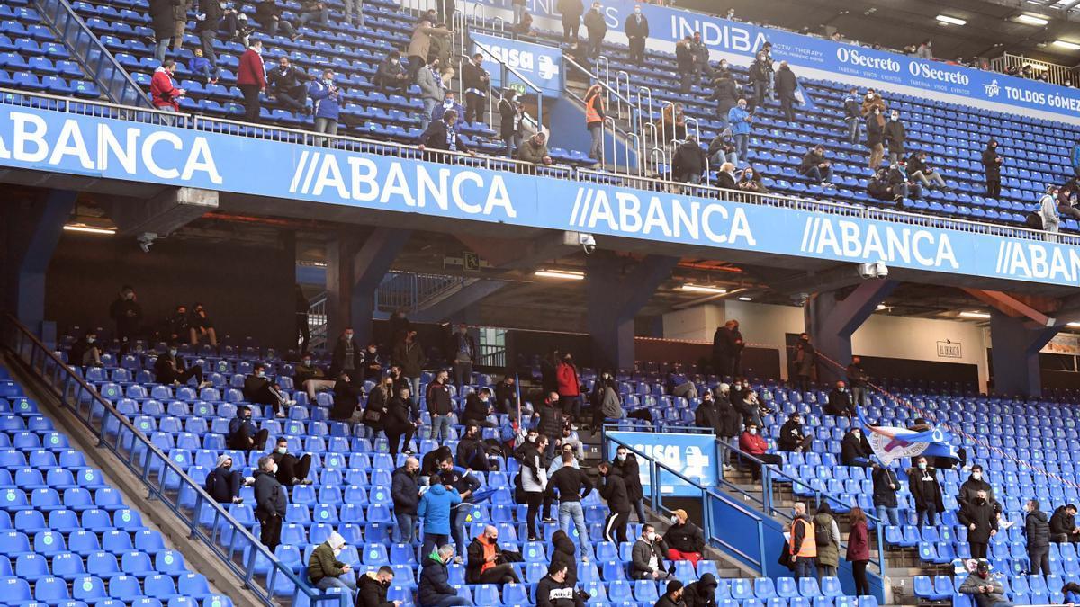 Aficionados en las gradas de Riazor en el partido contra el Compostela.