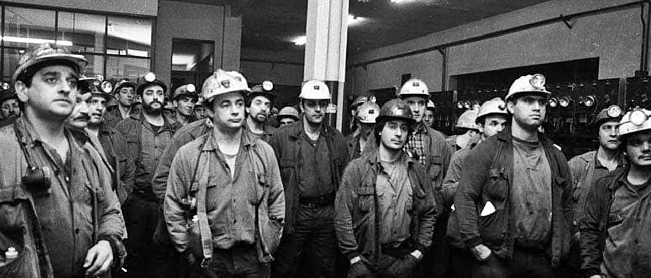 Mineros en una asamblea en la comarca del Nalón, en marzo de 1997.   Fernando Rodríguez