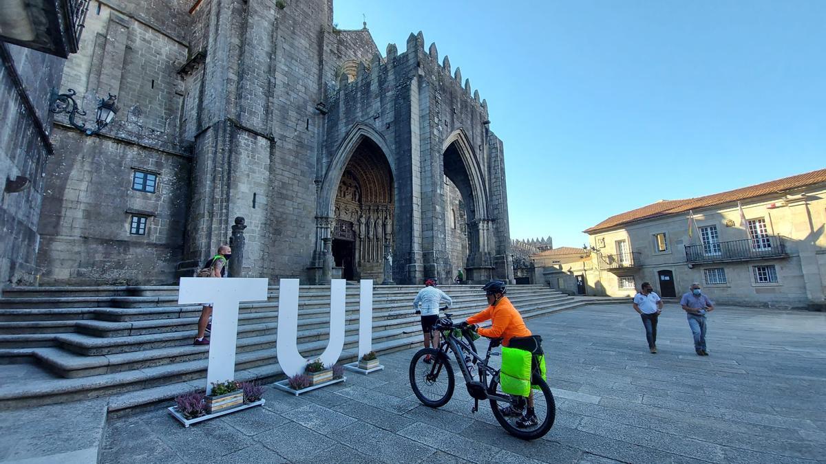 Gente paseando alrededor de la Catedral de Tui.