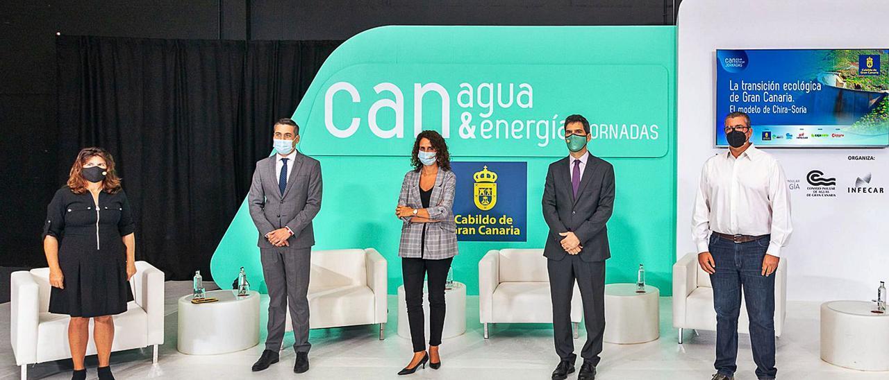 Julieta Schallenberg, Yonay Concepción, la moderadora Eva Marrero, Eduardo Prieto y Rafael Martell, ayer antes del debate en Infecar.