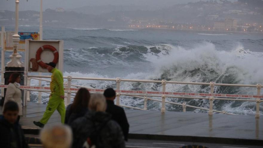 El temporal marítimo daña la central de salvamento de la playa