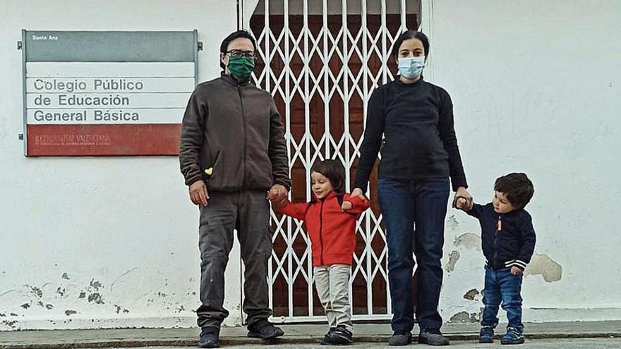 Conoce a la familia que salva el colegio de un pueblo de Castellón en riesgo de despoblación
