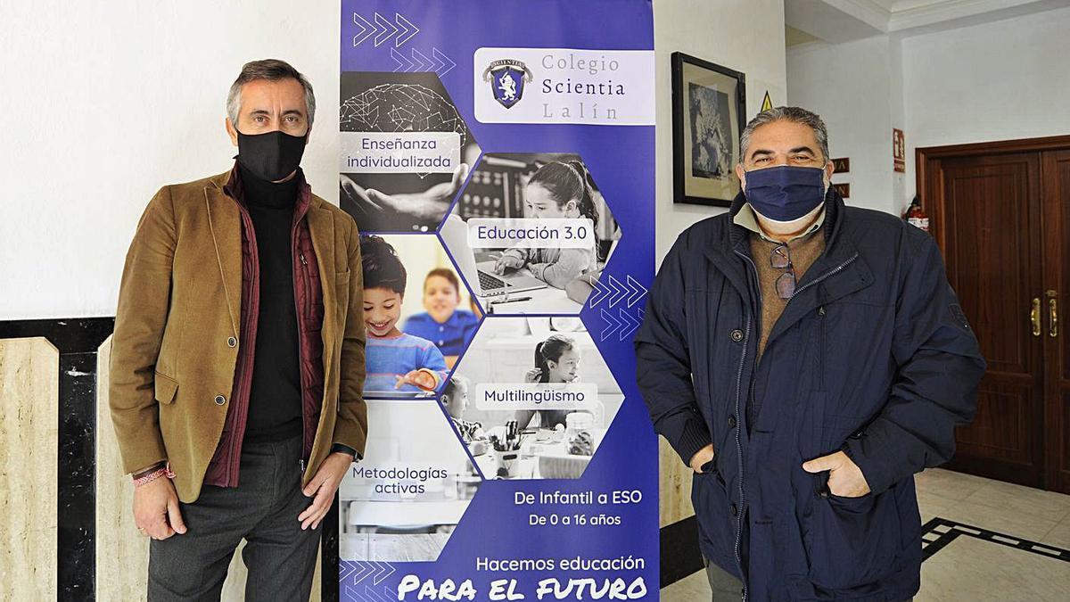 Fancisco Guerrero y Miguel Ángel Guerra, ayer, en el vestíbulo del Colegio Scientia Lalín. |  // BERNABÉ/J. LALÍN