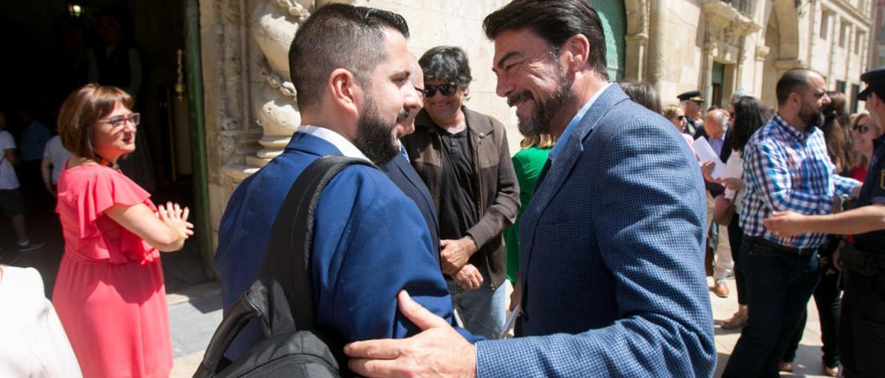 El alcalde, Luis Barcala, saluda al edil de Vox Mario Ortolá.