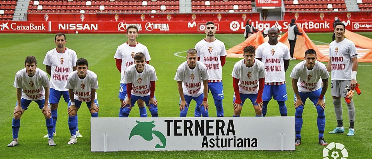 Los jugadores del Sporting, con una camiseta de apoyo al canterano frente a la Ponferradina. En el círculo, el jugador en el entrenamiento de ayer en Mareo.