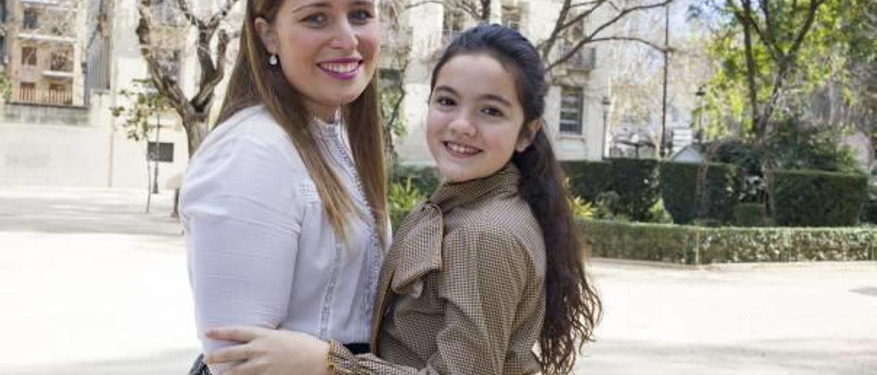 Patricia Viñes Martínez y Marives Puchades Díaz, ayer en la Glorieta de Xàtiva antes de atender a Levante-EMV.