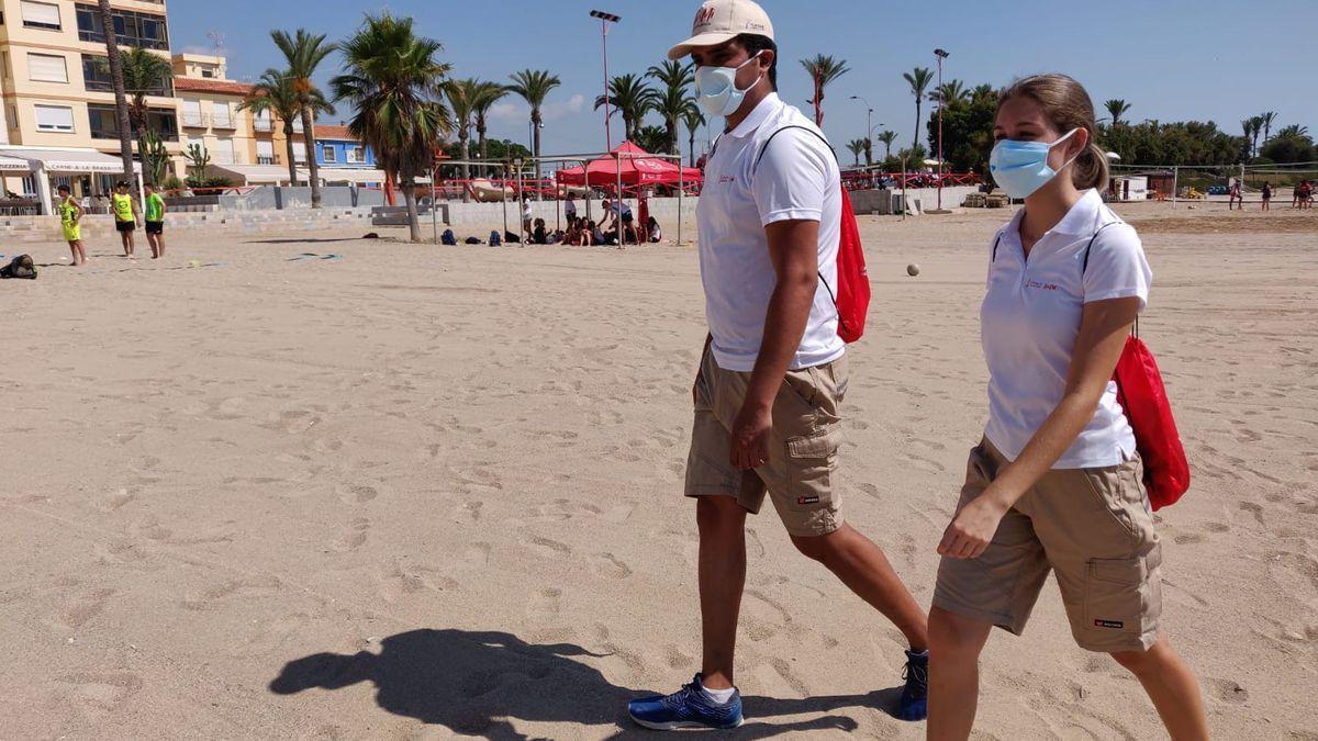 Dos informadores covid en una playa de Castellón el verano pasado