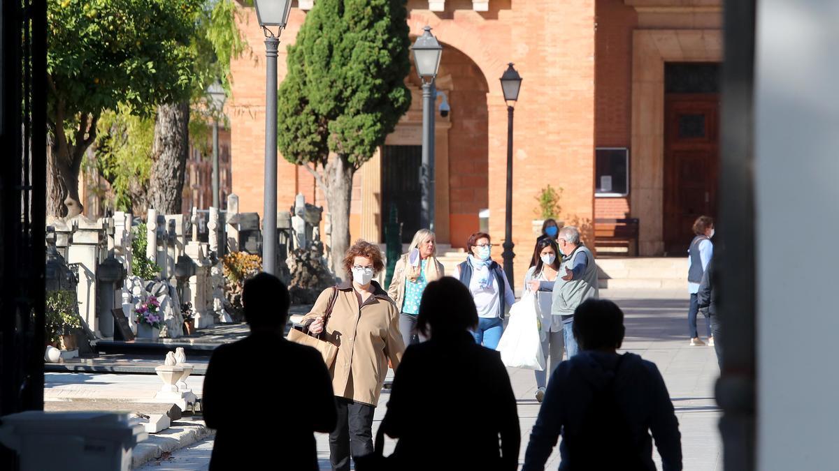 Los cementerios valencianos registran un goteo de visitantes en los días previos a Todos los Santos para evitar aglomeraciones por coronavirus.