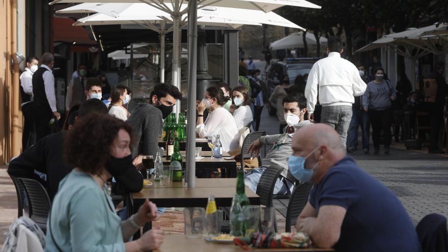 Todo lo que se sabe de una desescalada que no contenta a los hosteleros: los bares, hasta la una, y sin locales de ocio nocturno