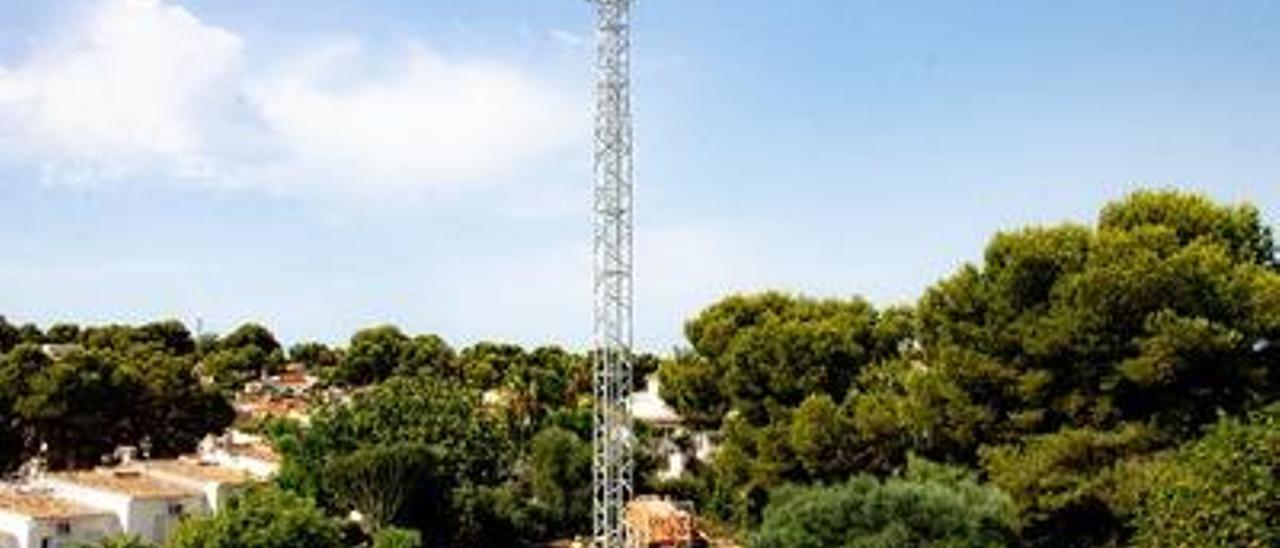 Los operarios levantaron en pocas horas la antena de telefonía, que está junto a los chalés.