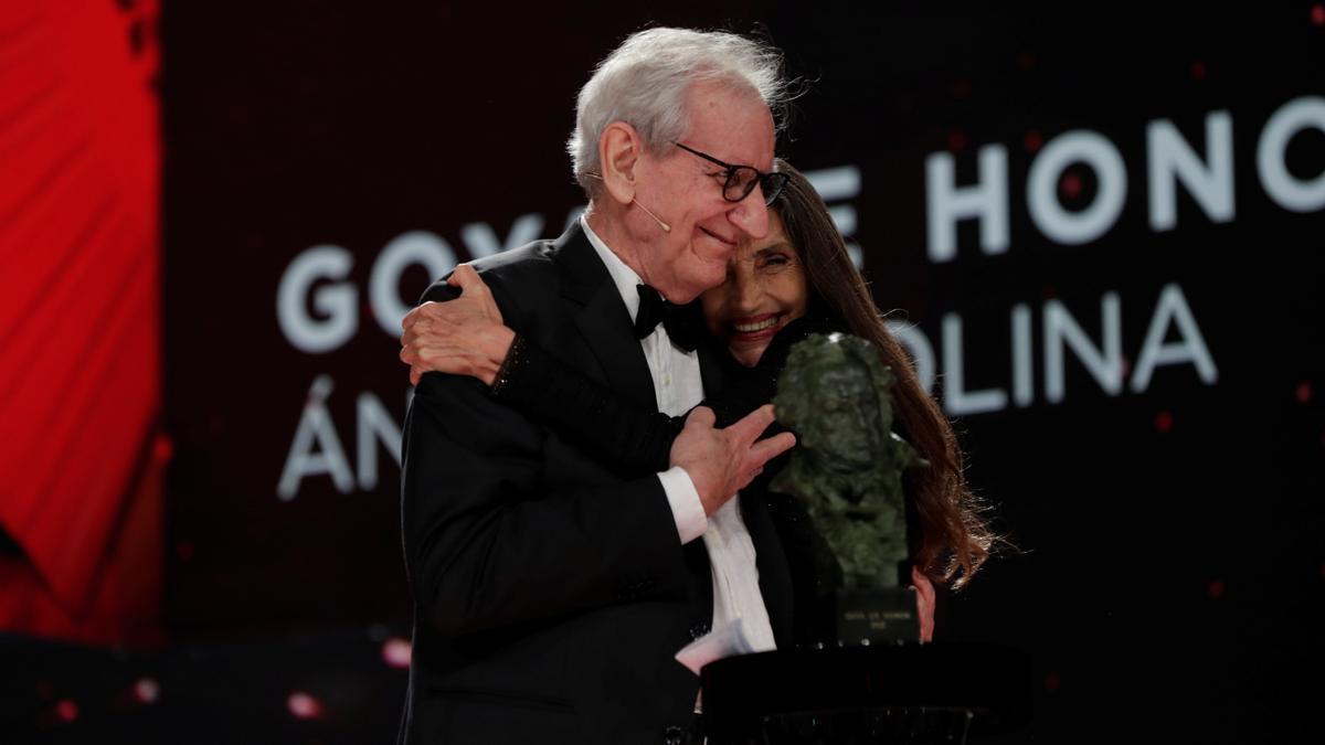 El director Jaime Chávarri entrega el Goya de Honor a la actriz Ángela Molina