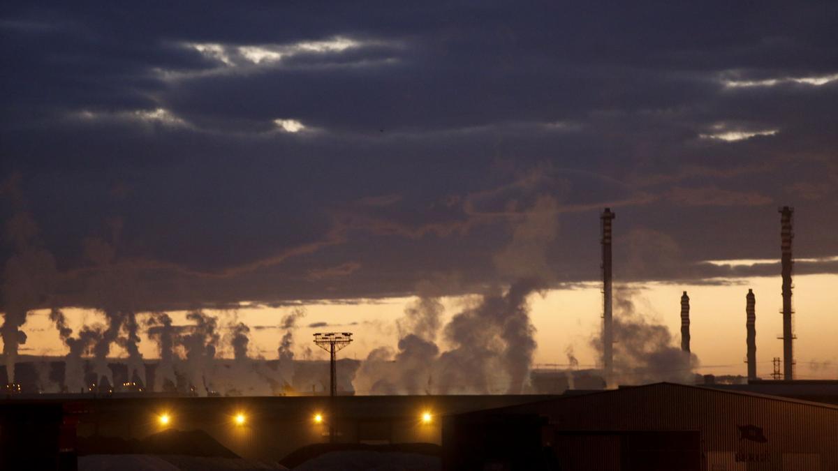 Uno e los característicos perfiles industriales de la comarca, en San Juan de Nieva / R. Solís