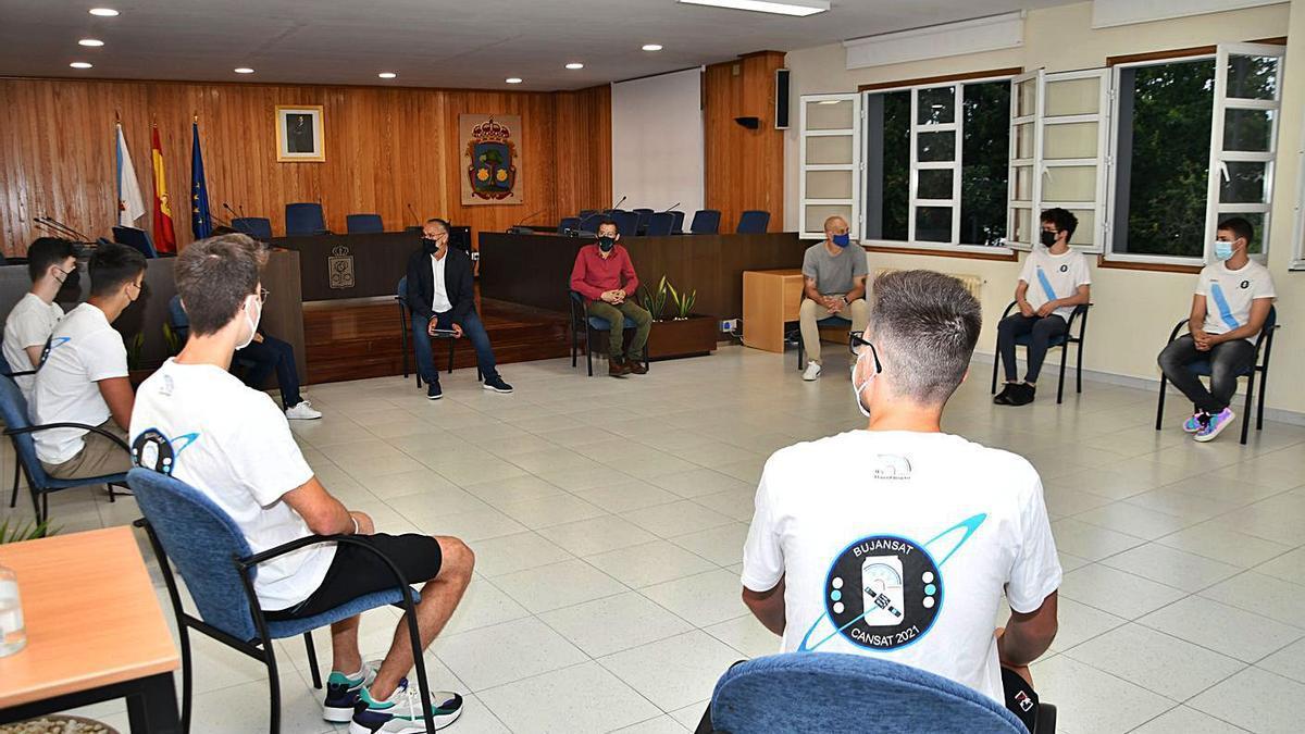 Recibimiento del Concello de Cambre a los alumnos del David Buján.     // LA OPINIÓN