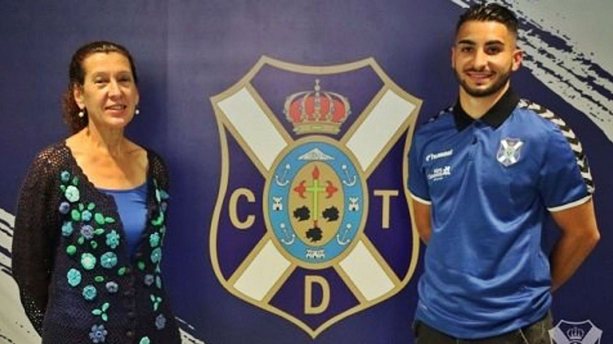 El nuevo jugador blanquiazul, con Milagros Luis Brito, vicepresidenta de la entidad. | | CLUB DEPORTIVO TENERIFE