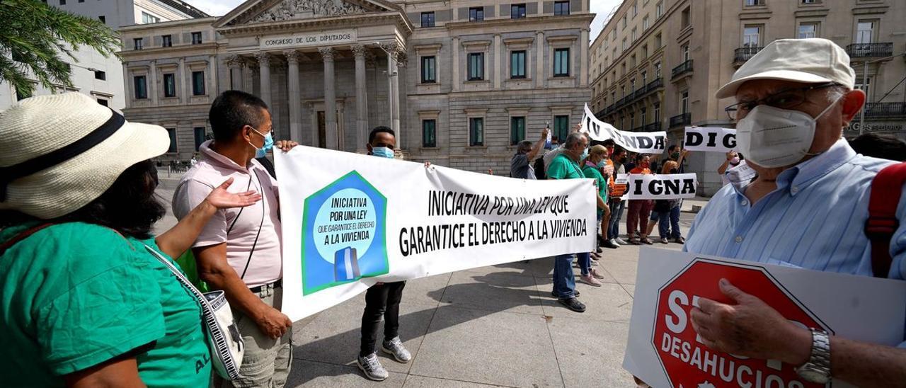 Concentración frente al Congreso de los Diputados por una vivienda digna y contra los desahucios.