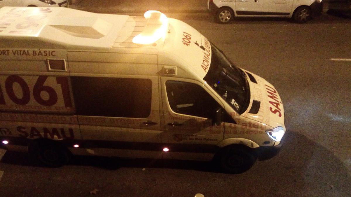 Archivo - Ambulancia del SAMU 061 de Baleares durante un servicio de noche, recurso