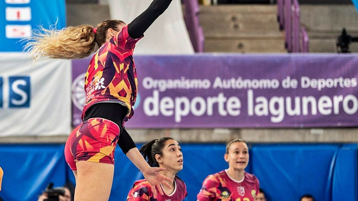 Lisa Arbos finishes before the gaze of her CCO 7 Palmas teammates Ana Flavia Galvao (10) and Helia González (13), yesterday.        HARIS CV