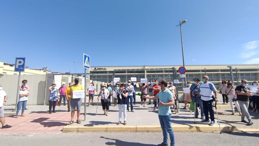 Un centenar de vecinos se concentra para exigir la reapertura de la piscina cubierta de Puente Genil