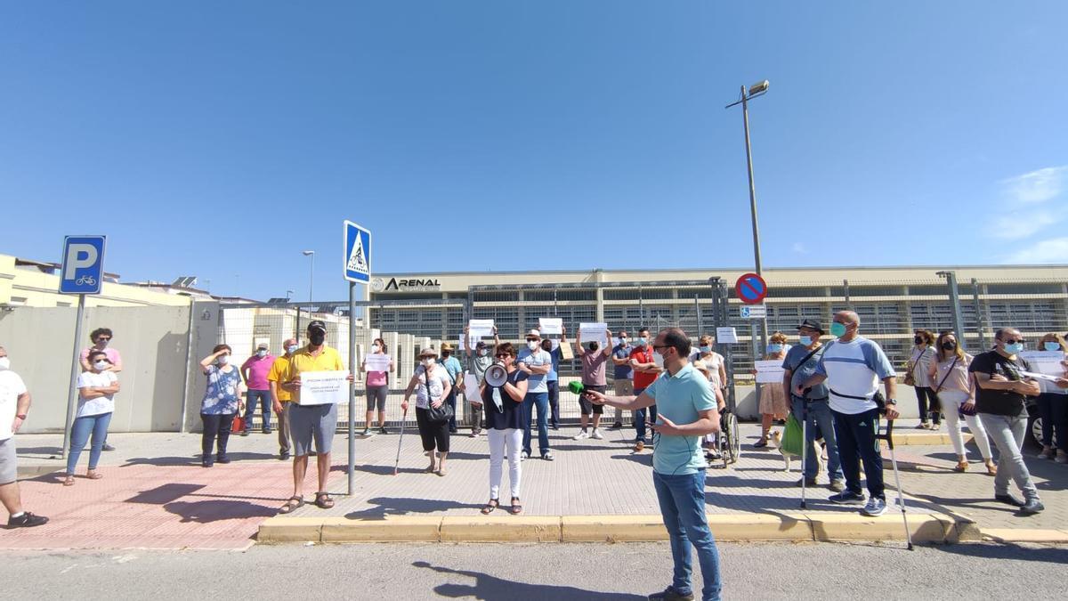 Vecinos de Puente Genil en una concentración ante la piscina cubierta para exigir su reapertura.