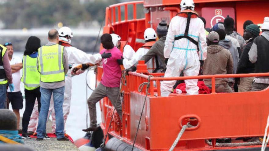 Interceptada una patera con 50 migrantes cerca de Canarias