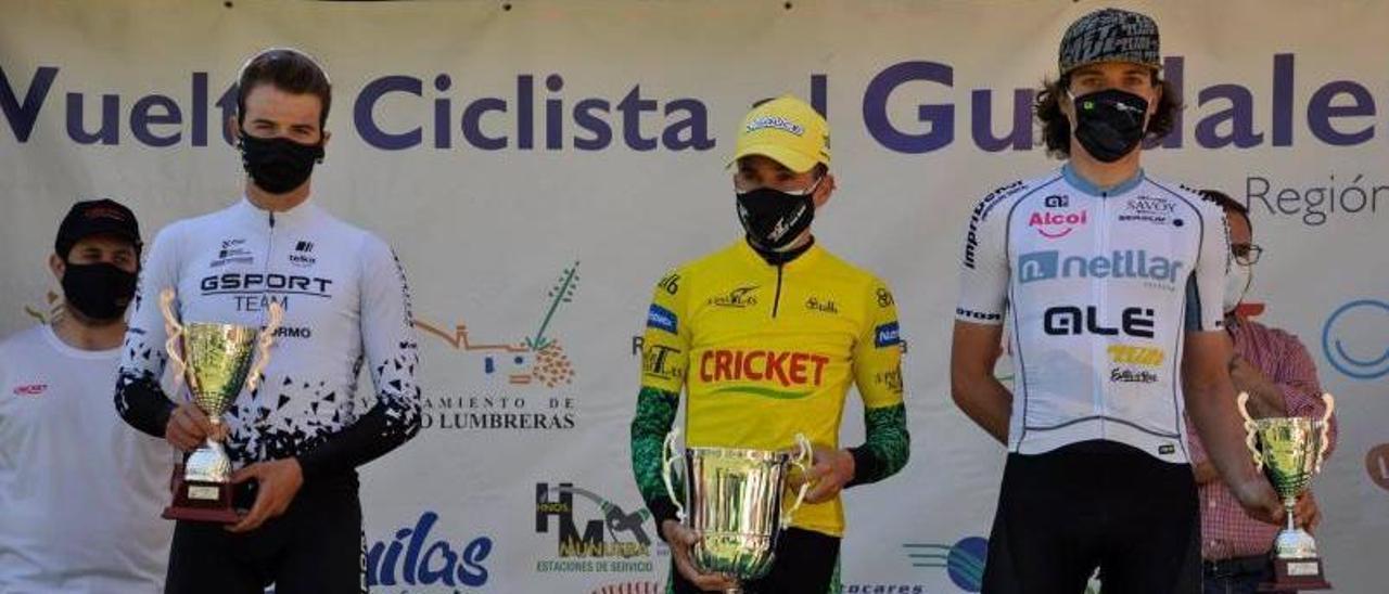 Josué Gómez, a la izquierda, en el podio de la Vuelta Ciclista al Guadalentín. |  // FDV