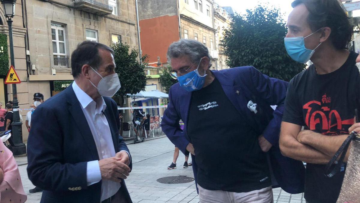 El alcalde charla con Mouriño en presencia de Antonio Chaves. // FdV