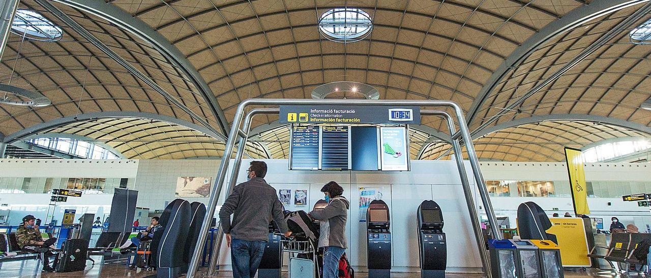 Imagen reciente del aeropuerto de Alicante-Elche en las que se aprecia poca actividad.   ALEX DOMÍNGUEZ