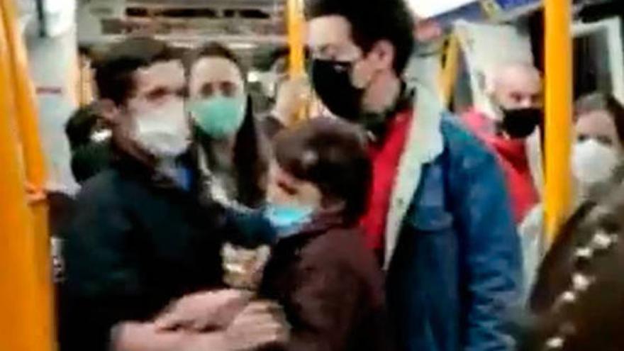 """Bronca en el metro de Madrid: """"¡Mi tío acaba de fallecer por la Covid! ¿Y tú sin mascarilla?"""""""