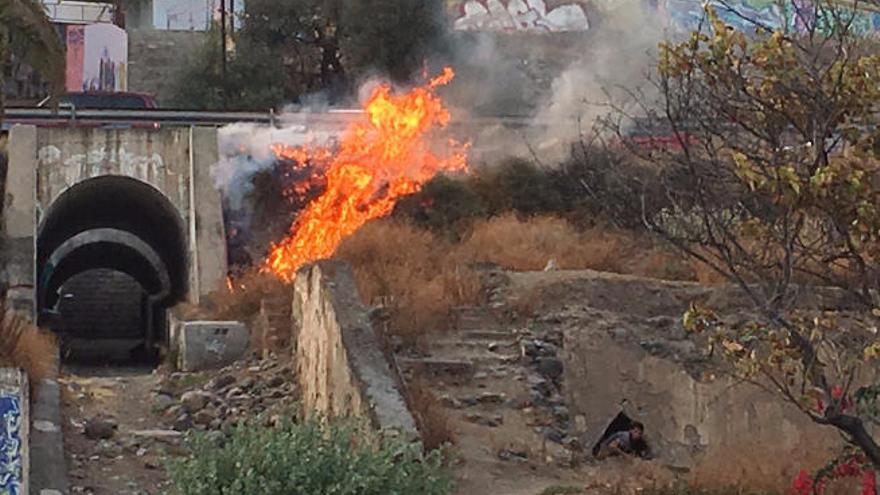 Los bomberos apagan un fuego en la autovía del Centro